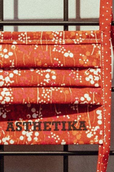 ÄSTHETIKA – MASKE rot mit Blumen Detail