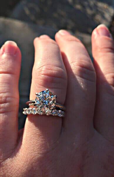 Brillant im klassischen Tiffany-Setting mit einem Bandring und Diamanten - Hier ist nicht zu sehen, wie gut ein Tiffany Verlobungsring wirklich ist