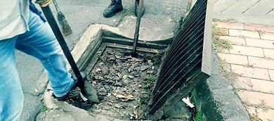 Photo of Para evitar inundaciones en las vías continúa la limpieza de sumideros