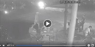 Photo of [En vídeo] Motociclistas roban bolso a mujer en pleno centro de Yopal