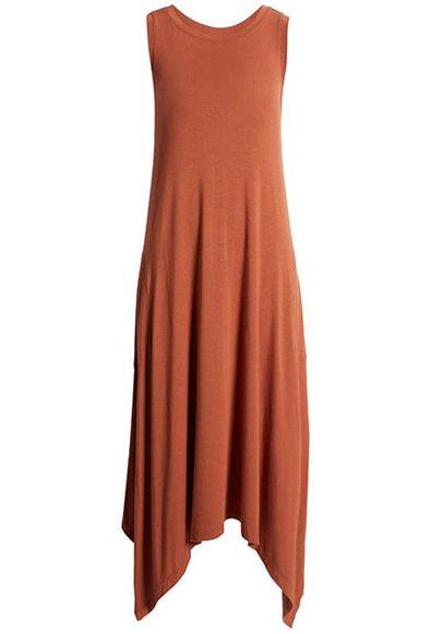Vestidos de verano para mujeres mayores de 50 años -Vestido midi drapeado sin mangas de Nordstrom    40plusstyle.com