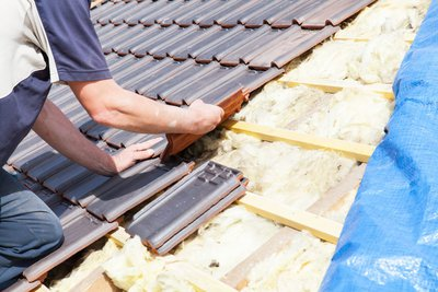 roofer-laying-tile