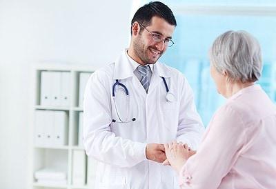 Médico atendiendo a una anciana
