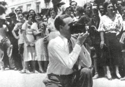 Willy Fritsch in Split/Kroatien mit Fans im Hintergrund, 1934.