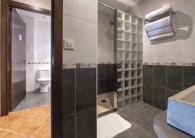 Baño con mampara de pavés en la planta baja de la casa rural A Canteira en Vimianzo A Coruña Galicia