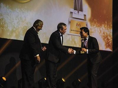 2. Programmes & Relations Director of Gaya Travel Magazine Shamsul Bahrin Zainuzzaman accepts the award for Best Tourism Article (Local – English) on behalf of contributor Farah Nadiah Zainudin