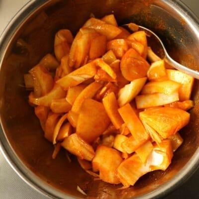 玉ねぎのアチャール、混ぜます