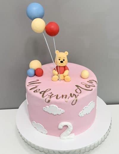 tort puchatek z balonami