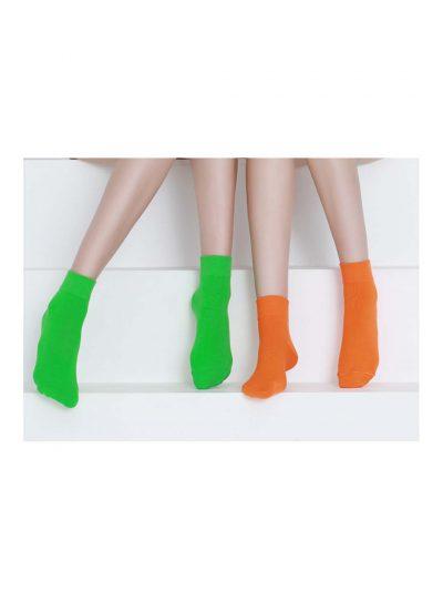 calcetines satisfying verde flúor y naranja neón con modelo 2