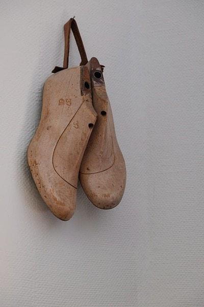 Gamla läster. Bengt ägnar sig inte rutinmässigt åt att göra skor från grunden, men gjorde ett par under sin lärlingstid.