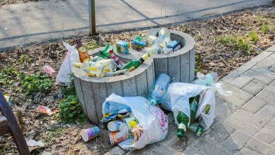 Image: unsorted garbage and recycling