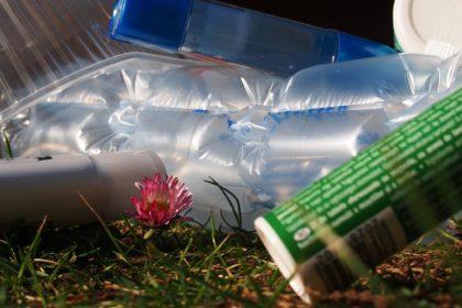 Baktériumokkal az egyszer használatos műanyag ellen