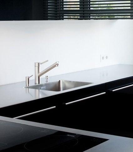 Küche mit schwarzen Glasfronten vom Schreiner