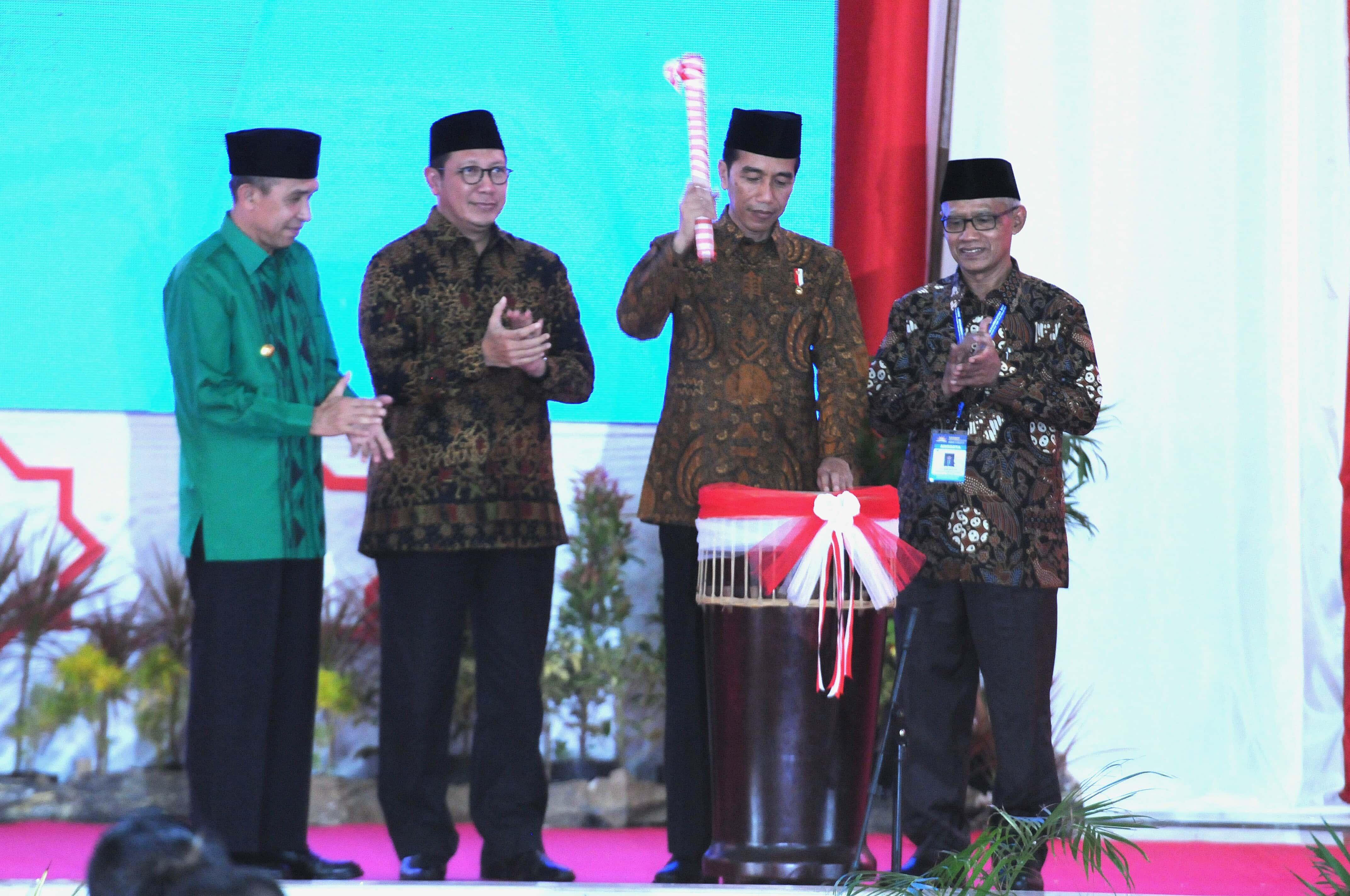 Presiden Jokowi didampingi Menag saat membuka acara Tanwir Muhammadiyah di Ambon, Maluku (24/2). (Foto: Humas/Rahmat)