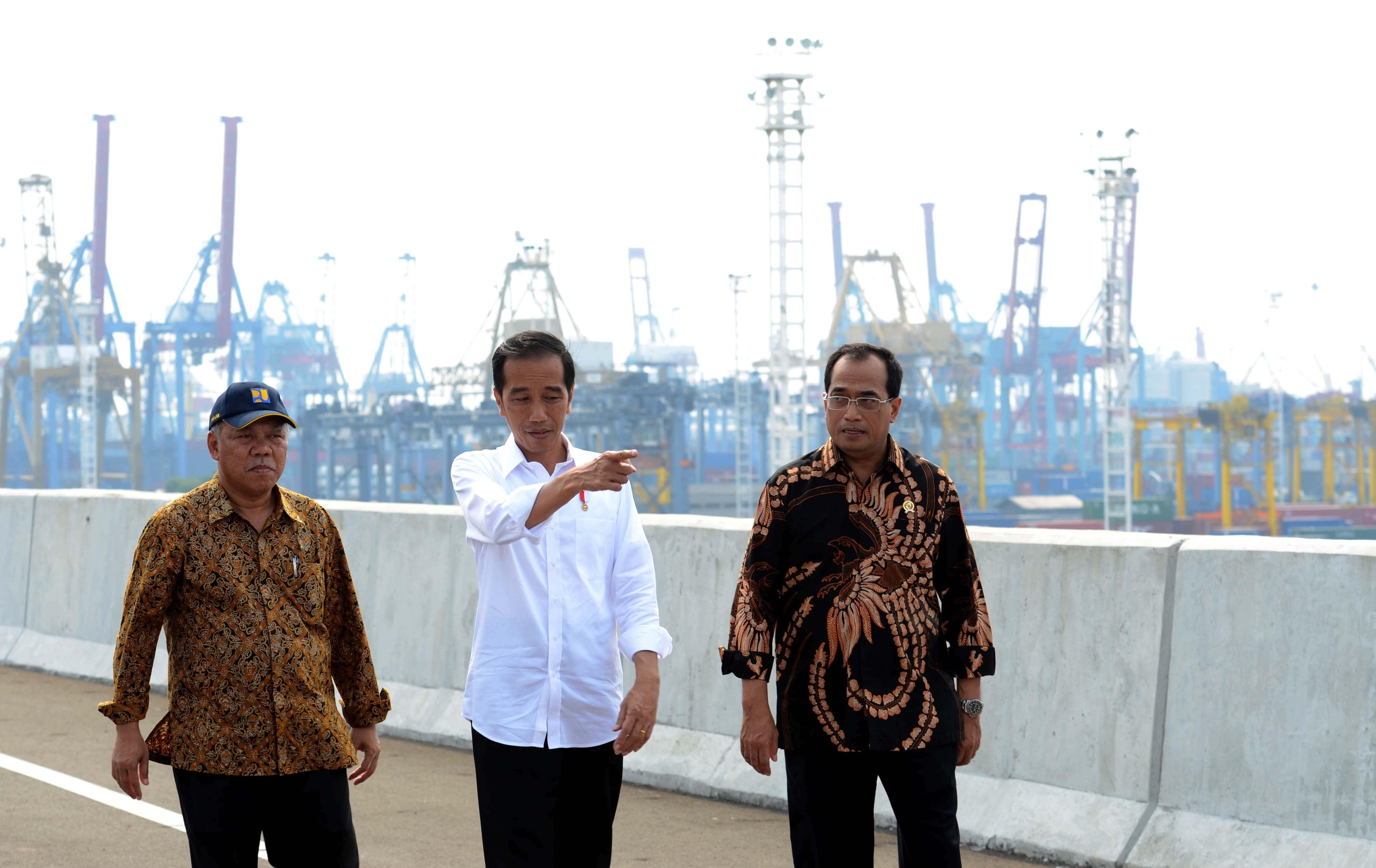 Presiden Jokowi didampingi Menhub dan Menteri PUPR saat tinjau jalan tol akses Tanjung Priok, Jakarta, Sabtu (15/4). (Foto: Humas/Jay)