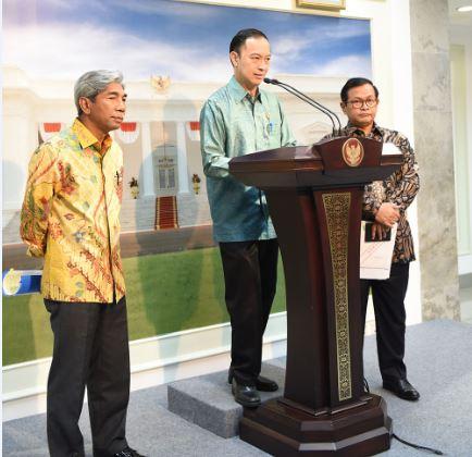 Kepala BKPM menjelaskan tentang rencana kunjungan kerja Presiden Jokowi ke Australia usai Rapat Terbatas di Kantor Presiden, Selasa (21/2) malam. (Foto: Humas/Deni)