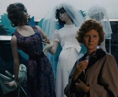 """Irmgard devant la vitrine dans """"Le marchand des quatre saisons"""" de Fassbinder"""