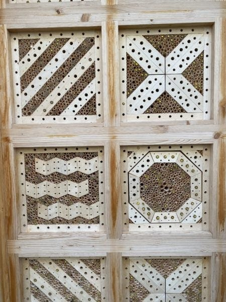 Wildbienennisthilfe mit Markierung der Niströhren