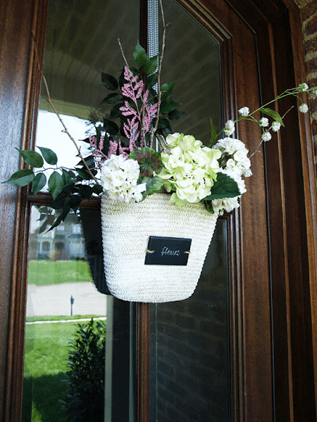 DIY PORCH DECOR IDEAS FOR SUMMER AND SPRING WITH STRAW TOTE AND FLOWERS