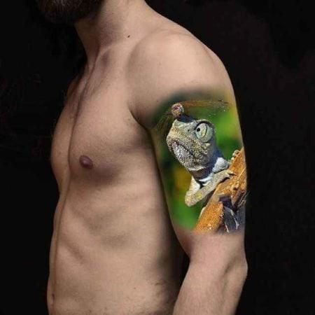 Животные тату хамелеон на плече