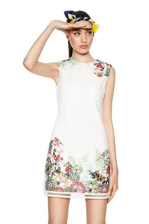 f65b8005 De la firma Desigual hemos escogido el vestido Margarita, un vestido blanco  sin mangas, con un tejido calado que cuenta con un colorido estampado  tropical.