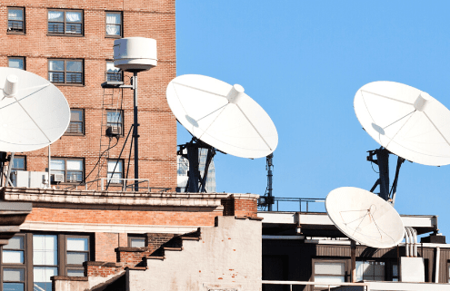 antena parabólica en una comunidad
