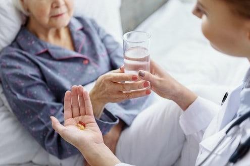 Как лечить простуду у пожилых людей дома?