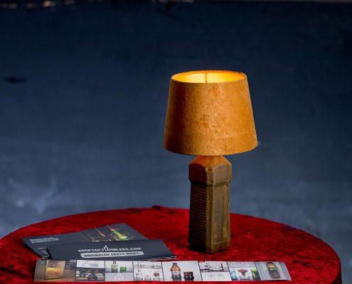 Lampe mit Betonfuß hergestellt aus einer Fit Flasche