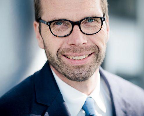 ein mit Tageslicht fotografiertes Business Profilbild, entstanden in Erfurt