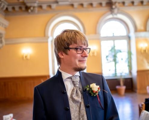 das Brautpaar sieht sich das erste mal, ein sehr emotionales Bild vom Bräutigam