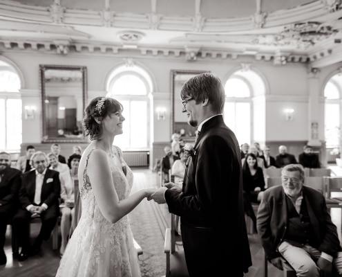 Brautpaar steckt sich die Ringe an