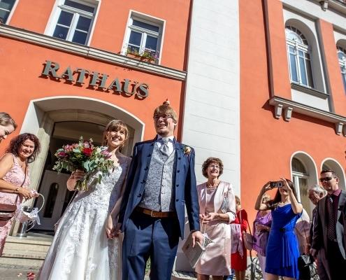 frisch vermählt kommt das Brautpaar aus dem Standesamt