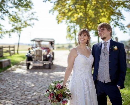 Brautpaar im Rittergut Positz mit Oldtimer im Hintergrund