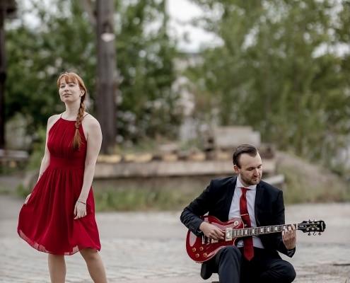 die rote Gitarre spielt eine große Rolle im Leben der Beiden, daher darf sie beim Paarshooting natürlich nicht fehlen