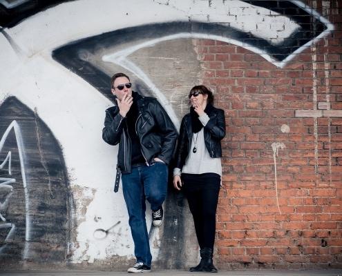 lässiges Paarbild. beide mit Sonnenbrille & Cigarette an einer Graffitiwand Canon EOS 6D & EF85mm