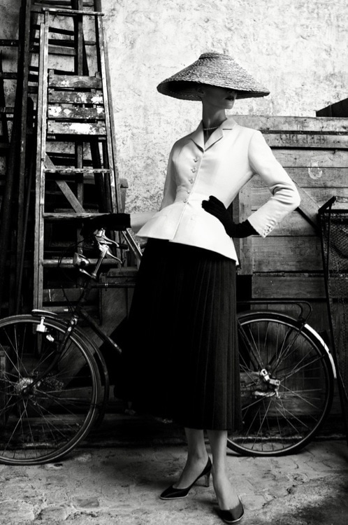 A Patrick Demarchelier photo of a spring 1947 Christian Dior look.