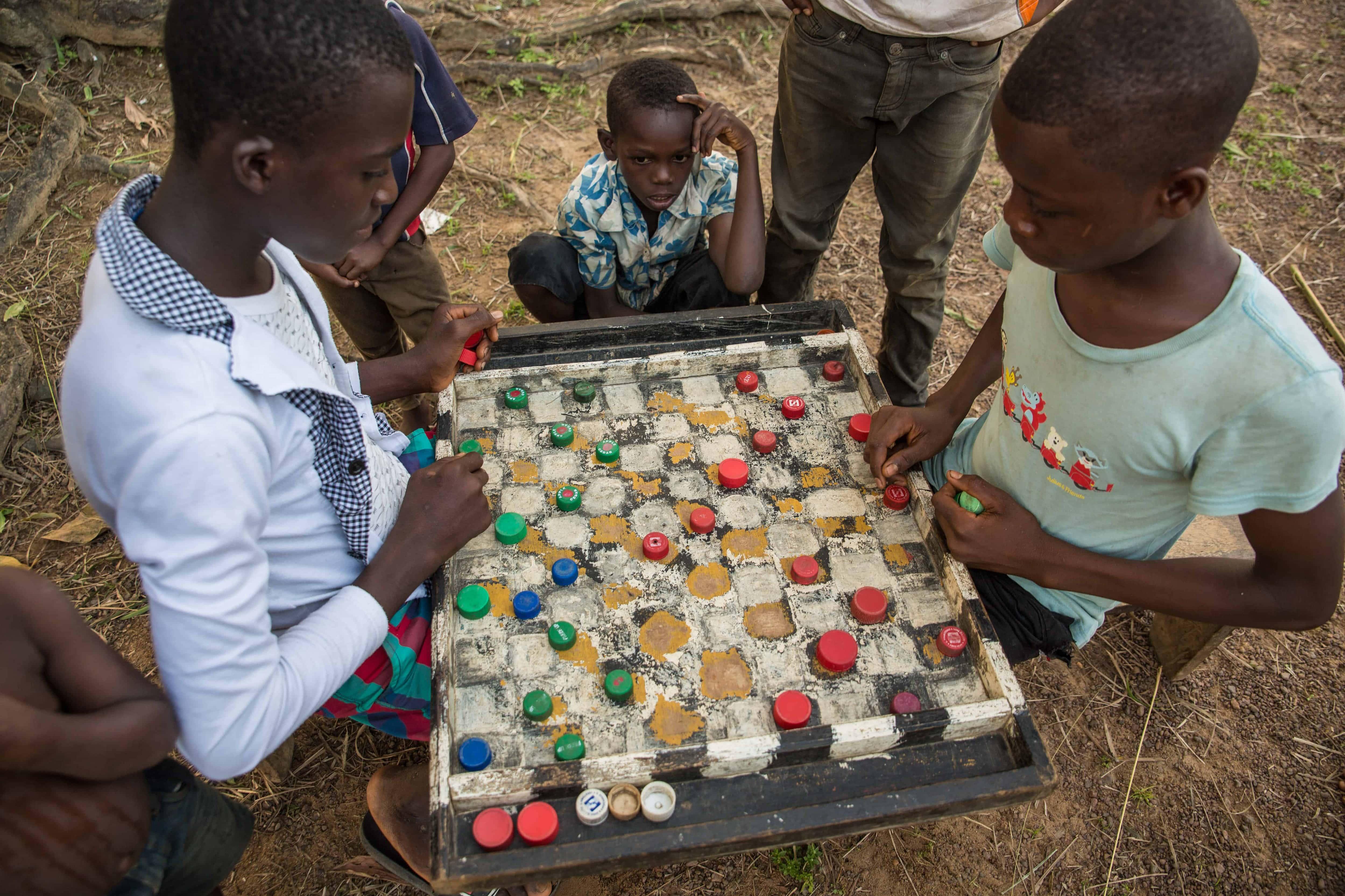 Barn i landsbyen spiller med bruskorker.
