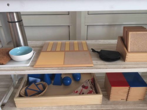 Tablettes rugueuses, solides géométriques et boites à bruits