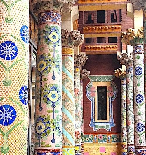 カラフルな柱のテラスの画像