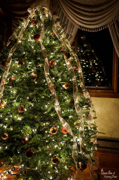 How To Ribbon a Christmas Tree Like a Professional. #queenbeeofhoneydos #Christmas #decorating