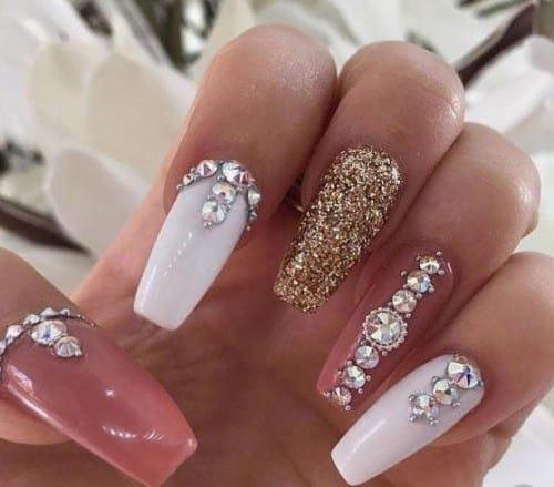 paznokcie hybrydowe z biżuterią