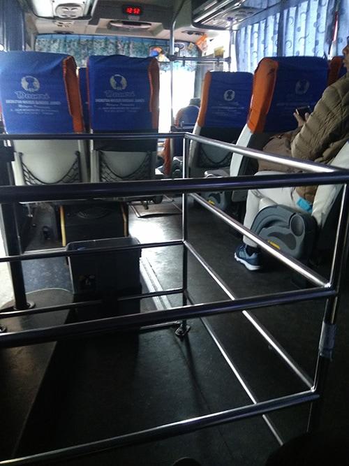 Bagian dalam bus Damri Juanda