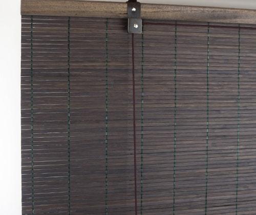 Detailfoto van het donkerbruine bamboe rolgordijn