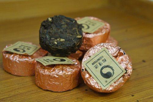 Купить настоящий китайский прессованный чай шу в таблетках мини то ча пуэр С Корицей Оптом и в розницу с доставкой. Фото.