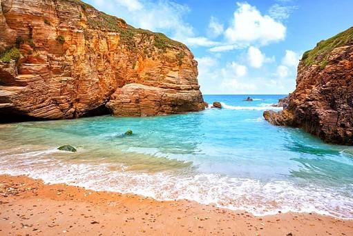 La playa de las Catedrales es uno de los lugares para viajar en pareja en España con playa más bonitos