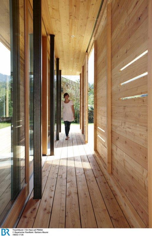 Zwischen Glasfront und Schiebeläden ist ein geschützter Außenbereich entstanden.