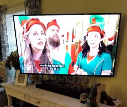 tv screen with picture ofs 3 Christmas elves