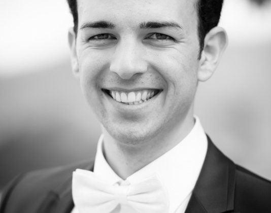 Hochzeitsfotograf Allgaeu-Braeutigam Fuessen Portrait Schwarz Weiss