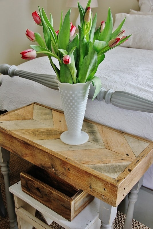Pallet Table with tulips