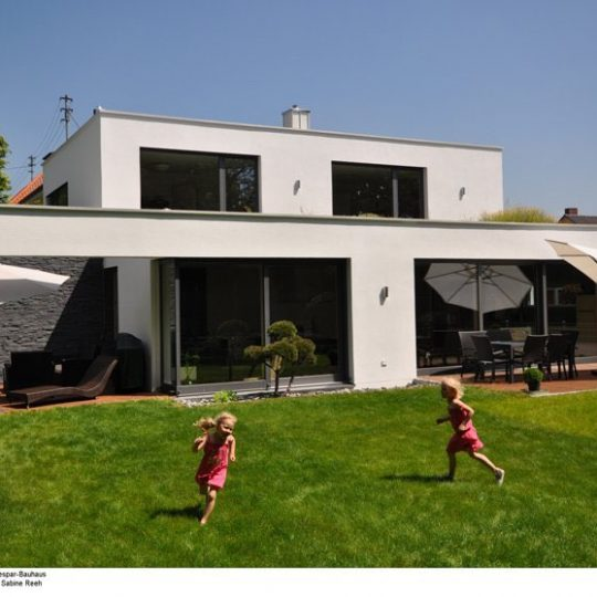 Viele große Glasfronten nach Süden holen Licht und - in der kalten Jahreszeit - solare Energiegewinne - ins Haus.